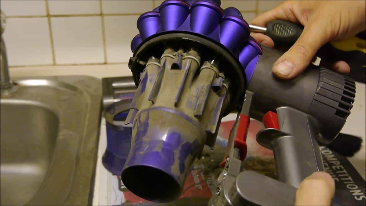 Cleaning the Dyson V6